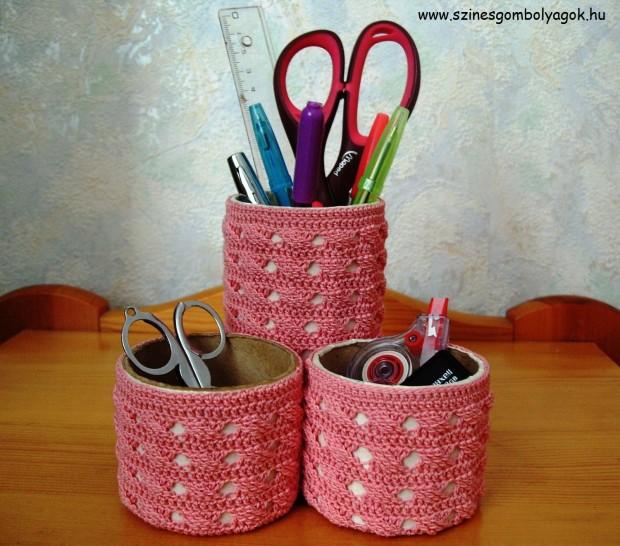 Asztali tolltartó horgolt ruhában